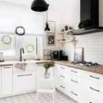 biała kuchnia z czarnym okapem