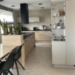 czarny okap matowy w kuchni z drewnem
